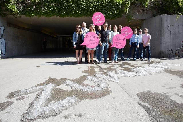 NEOS Wien erinnert mit einer Straßenaktion daran: Unserer Jugend schmilzt die Zukunft davon wie Eis in der Sonne.
